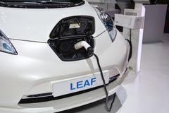Nissan Leaf y estación de carga Fotos de archivo