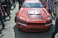 Nissan linia horyzontu r34 mistrzostwo rasy, Sportscar strojeniowe rywalizacje na nastrajających samochodach w dryfie rds Obrazy Royalty Free