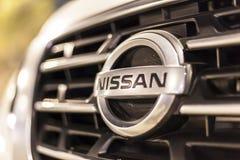 Nissan logo på en bil royaltyfri bild
