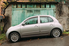 Nissan March Bolero parkte nahe Dorfhaus am regnerischen Herbst DA Lizenzfreies Stockbild