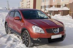 Nissan Qashqai nel colore rosso Ciò è incrocio che combina la progettazione del modark ed il perfezionamento compatto della berli fotografia stock