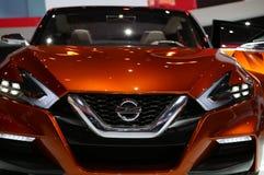 Nissan sedan przy auto przedstawieniem obrazy stock
