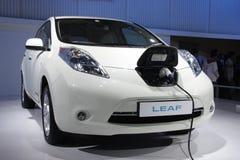 Nissan treiben auf Anzeige an Selbstausstellung 2012 Blätter Lizenzfreie Stockfotos
