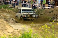 Nissans patrouillent pendant la canalisation de boue Images libres de droits