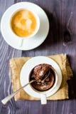 Nisse i en kopp och en kopp kaffe Arkivbilder