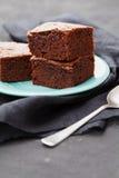 Nissebunt Chokladkaka i turkosplatta på den svarta tabellen Hemlagad bakelse för efterrätt royaltyfri fotografi