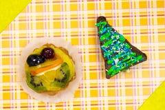 Nissekakor och kaka med frukt Arkivfoto