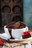 Nissen i staplade kaffekoppar med chokladsås Arkivfoton