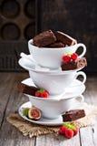 Nissen i staplade kaffekoppar med chokladsås Royaltyfri Foto