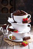 Nissen i staplade kaffekoppar med chokladsås Arkivbild