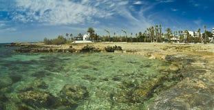 Nissi strandCypern ö med kyrkan Arkivbild