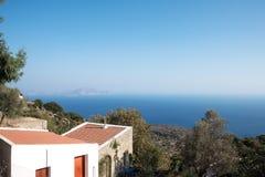 Nisyros byhus med havet och träd Arkivfoton