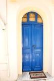 Nisyros island& x27; historisk hem- dörr för s-by Arkivbilder