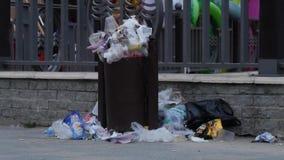 Niszczy rozlewać z overfilled grata plastikowego worka na miasto ulicie zbiory wideo