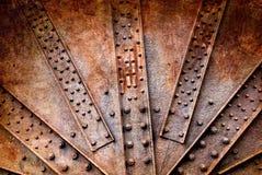 Nitar och skruv på rostiga metaller Arkivbild