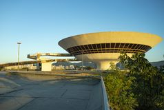 Niteroi stad, Rio de Janeiro tillstånd/Brasilien Sydamerika - 01/27/2019 beskrivning: MAC Niteroi Museum av samtida konst av Ni royaltyfri bild