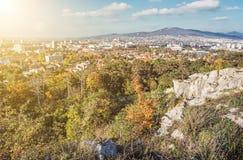Nitra市和Zobor小山,在秋天,都市场面,太阳发出光线 库存照片