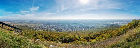 Nitra市的全景从Zobor小山,季节性土地的 库存图片
