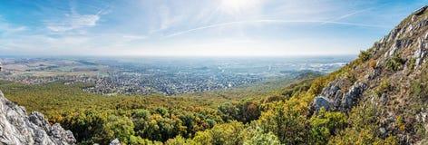 Nitra市的全景从Zobor小山,季节性土地的 图库摄影