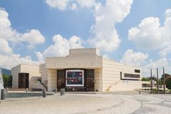 Nitra,斯洛伐克- 2018年6月:Andrej Bagar剧院大厦大广场的在Nitra市在斯洛伐克 库存照片