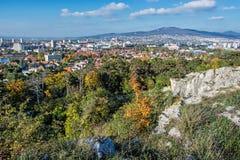 Nitra stad och Zobor kulle, i höst, stads- plats Royaltyfri Bild