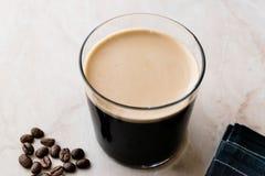 Nitro kaffe för skummig kall brygd med bönor som är klara att dricka royaltyfria bilder