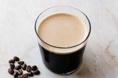 Nitro kaffe för skummig kall brygd med bönor som är klara att dricka fotografering för bildbyråer