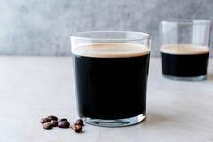Nitro kaffe för skummig kall brygd med bönor som är klara att dricka arkivbilder
