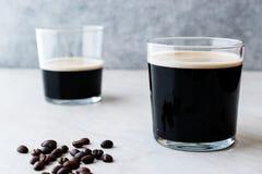 Nitro kaffe för skummig kall brygd med bönor som är klara att dricka royaltyfri bild