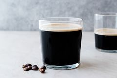 Nitro kaffe för skummig kall brygd med bönor som är klara att dricka arkivfoton