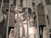Nitton femtiotaldräkter på modehistorieutställningen royaltyfri bild