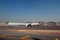 Nivå av emiratföretaget A6-EMX, Boeing 777 på flygplatsen Dubai UAE Royaltyfri Bild