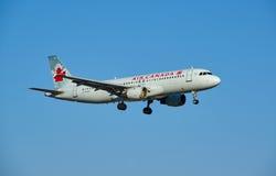 Nivå för landning för Air Canada C-FPWD flygbuss A320 Fotografering för Bildbyråer