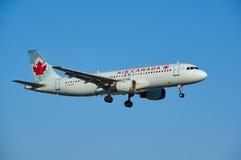 Nivå för landning för Air Canada C-FPWD flygbuss A320 Arkivfoton