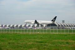 Nivå för stjärnaAllianceEVA luft som landar till landningsbanor på den internationella flygplatsen för suvarnabhumi i Bangkok, Th Royaltyfri Bild