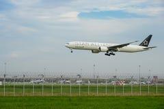 Nivå för stjärnaAllianceEVA luft som landar till landningsbanor på den internationella flygplatsen för suvarnabhumi i Bangkok, Th Royaltyfria Foton