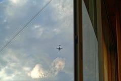 Nivå i sikten för molnig himmel från fönstret royaltyfri fotografi