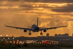 Nivå som landas nästan på landningsbanan Arkivbild
