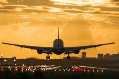 Nivå som landas nästan på landningsbanan Arkivfoto