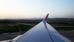 Nivå som landas på landningsbanan arkivfilmer