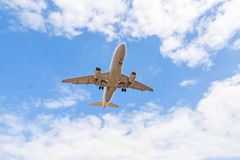 Nivå underifrån, blå himmel med moln fotografering för bildbyråer