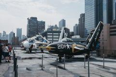 Nivåer och helikoptrar utanför på bäraren i det oförskräckta havet och luftmuseum i New York, USA royaltyfria bilder