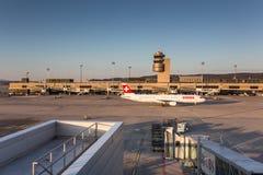 Nivåer som förbereder sig för, tar av på Zurich den internationella flygplatsen arkivbild