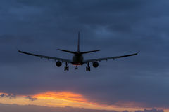 Nivån förbereder sig för att landa på landningsbanan Arkivfoton