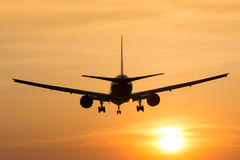 Nivån flyger till flygplatsen Royaltyfria Foton
