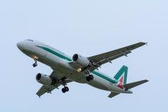 Nivån från den Alitalia EI-EIC flygbussen A320-200 landar på den Schiphol flygplatsen Royaltyfri Bild