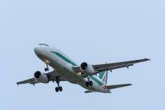 Nivån från den Alitalia EI-EIC flygbussen A320-200 landar på den Schiphol flygplatsen Arkivfoto
