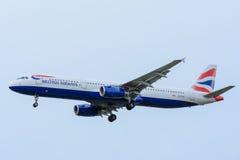 Nivån från den British Airways G-EUXI flygbussen A321-200 landar på den Schiphol flygplatsen Arkivbild