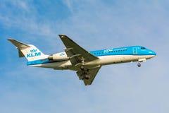 Nivån från den KLM Air France fokkeren F70 PH-KZL förbereder sig för att landa Royaltyfri Bild