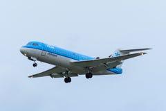 Nivån från den KLM Cityhopper PH-KZA fokkeren F70 landar på den Schiphol flygplatsen Arkivfoton